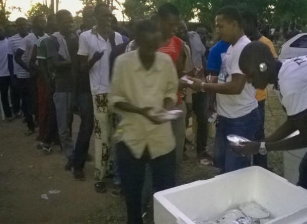 Imigrantes fazem fila para receber comida no abrigo (Foto: Freud Antunes/AR)