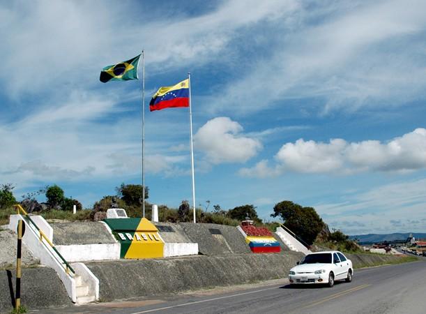 As bandeiras marcam os limites da fronteira do Brasil com Venezuela (Foto: Jorge Macêdo)