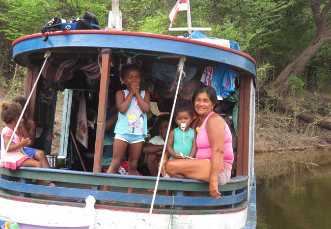 Barco da família de Sabino e Maria Aparecida ancorado à margem do rio Jaú. (Foto: Elaíze Farias)