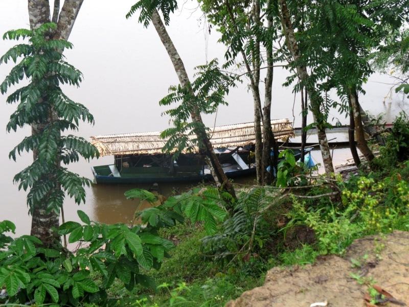 Pequena embarcação usada por famílias do Tambor. (Foto: Elaíze Farias/AR)