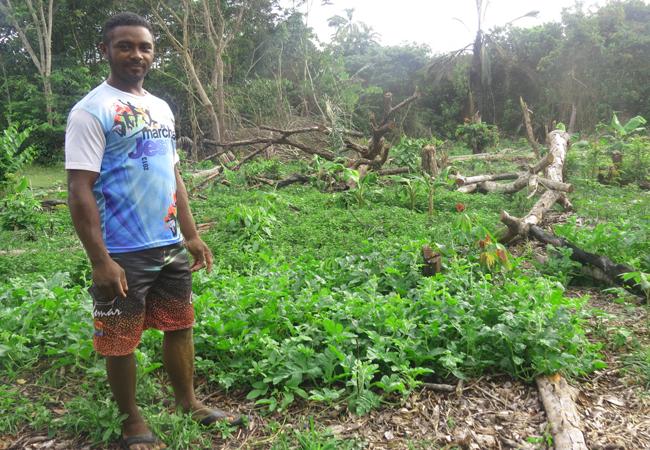 Vandernilson de Oliveira Nascimento mostra suas plantações. (Foto: Elaíze Farias/AR)
