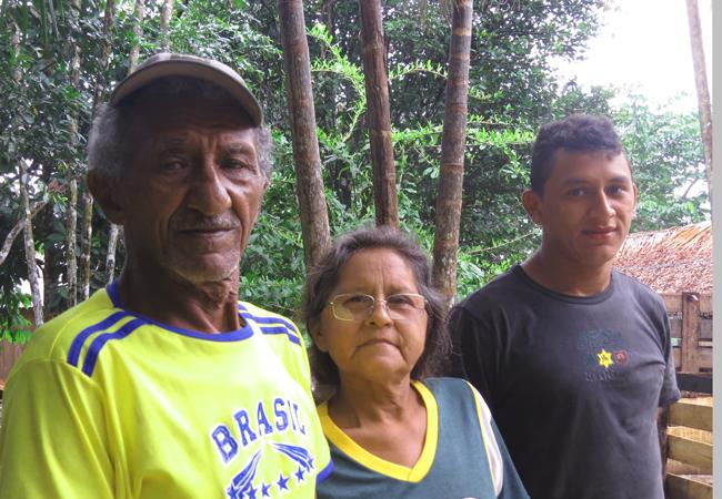 Luiz Gonçalves de Andrade, 68, a esposa Maria da Glória Cardoso, e um de seus seis filhos, Alzemir Andrade, 17,  são alguns dos ribeirinhos que foram morar no Tambor.  (Foto: Elaíze Farias)