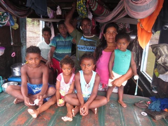 Moradores do Tambor, Sabino Nascimento e Maria Aparecida posam com seus filhos. (Foto: Elaíze Farias/AR)