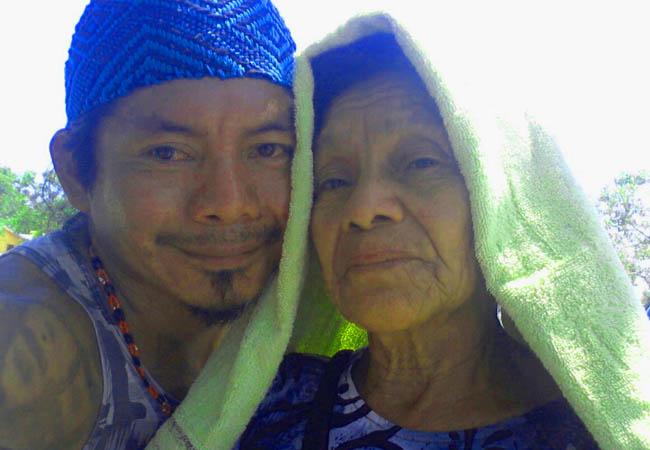 Ninawa Huni Kui com a mãe, Maria Alberto Pereira (Foto arquivo pessoal)