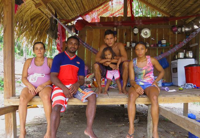 Os casais Veranilce Assis e Vandernilson Nascimento; e Marizeldo Gonçalves e Ana Kelly Nascimento, moradores do Tambor. Foto: Elaíze Farias