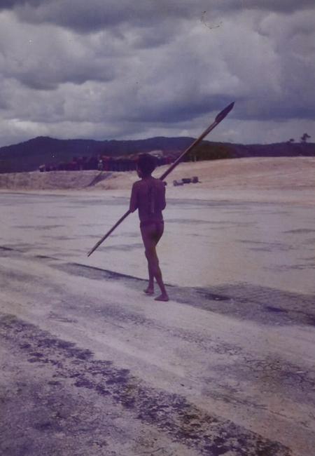 Yanomami anda em pista próxima a aldeia Surucuru nos anos anos 90 (Foto: Kátia Brasil/AR).