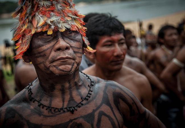 A pintura no corpo do cacique Munduruku.(Foto: Marcio Isensee e Sá/APública)