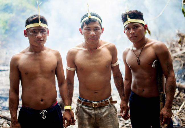 Guerreiros munduruku de diferentes parte do rio se unem para preparar o campo de batalha. (Foto: Marcio Isensee e Sá)