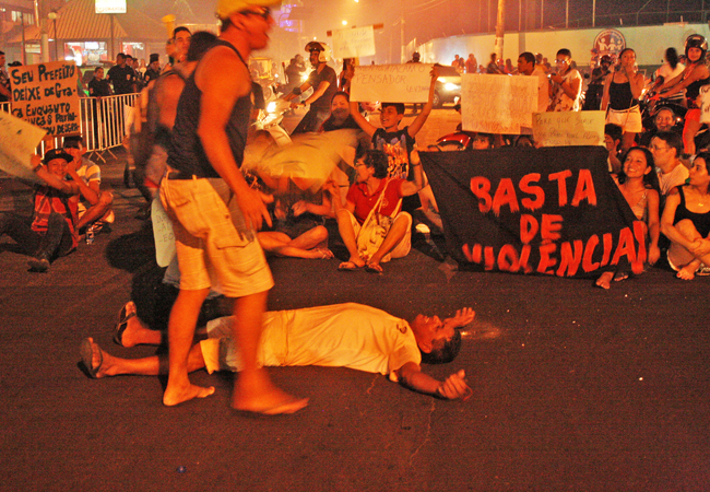 Comunidade fez manifestação nas ruas da cidade de Parintins (Foto: Floriano Lins/AR)