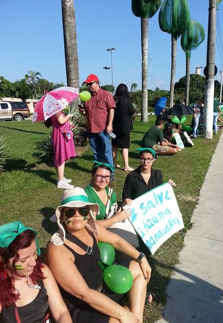Ativistas fizeram protesto no entorno das palmeiras imperais teladas (Foto:  Erika Schloemp/AR)