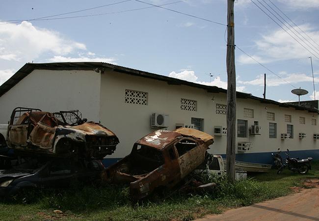 Um ano depois, os carros incendiados continuam na sede da Funai de Humaitá (Foto: Odair Leal/AR)