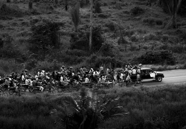 O povo da floresta acompaha o funeral da missionária Dorothy Stang, em Anapu. (Alberto César, em 2005)