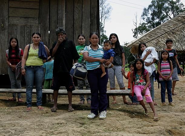 Borehá Juma (de bolsa) quer encontrar a filha (Foto: Odair Leal/AR)
