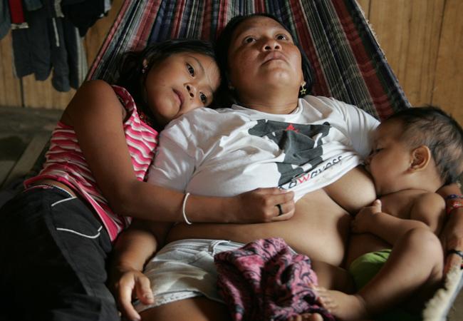 Mborep, a mãe Borehá e o bebê Thiago: febre alta (Foto: Odair Leal/AR)