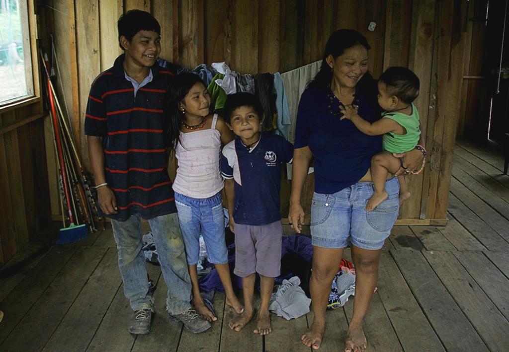 Borehá Juma com os filhos Puré, Mborep, Avibi e Thiago (no colo). Foto: Odair Lima/Amreal