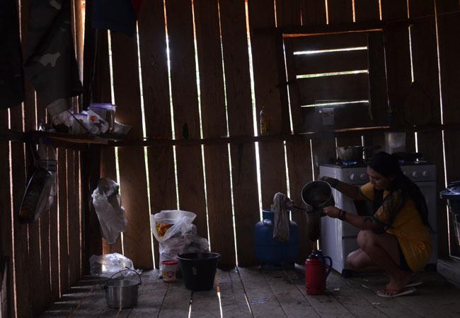 A cozinha não tem mesa, nem cadeira e nem pia (Foto: Odair Leal/AR)