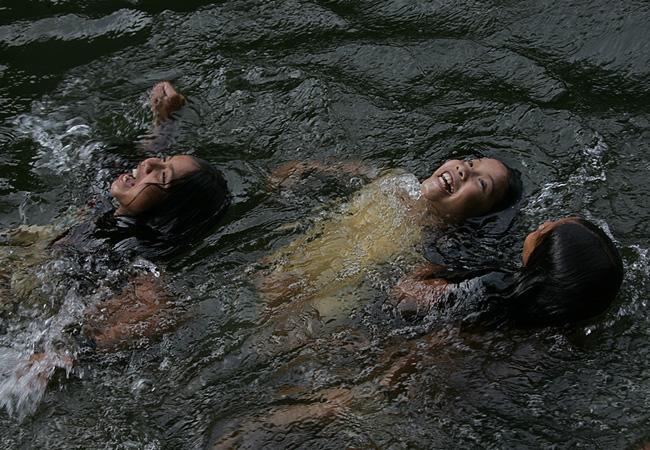 Crianças brincam no igarapé do rio Açuã (Foto: Odair Leal/AR)