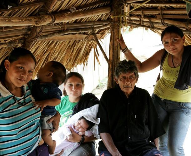 Aruká com as filhas e os netos no tapiri (Foto: Odair  Leal/AR)