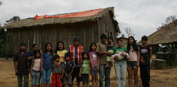 Aruká e sua família na aldeia Juma, em 22 de novembro de 2014  (Foto: Odair Leal/AR)