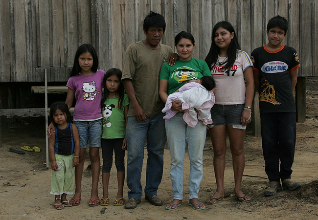 Anaíndia, Poteí, Morangüi, Puren, Maitá com Shakira no colo, Kunhavê e Kuãimbu (Foto: Odair Leal/AR)