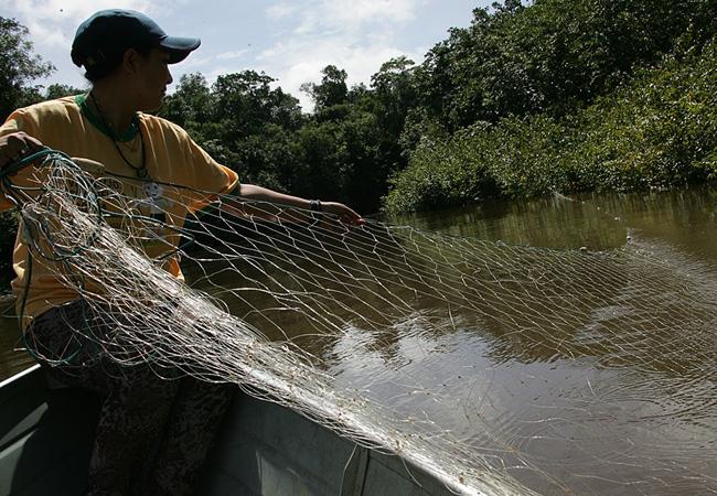 Mandeí prepara a malhadeira para pescar (Foto: Odair Leal/AR)