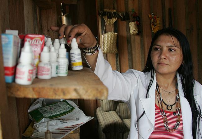 Na falta o posto médico, casa de Mandei abriga remédios (Foto: Odair Leal/AR)