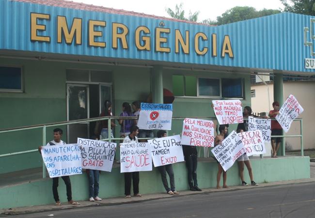 Manifestantes na frente do hospital de Parintins (Foto: Floriano Lins)