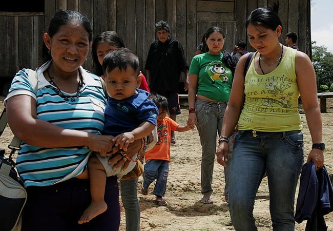 As juma partem da aldeia em busca de tratamento médico (Foto: Odair Leal/AR)