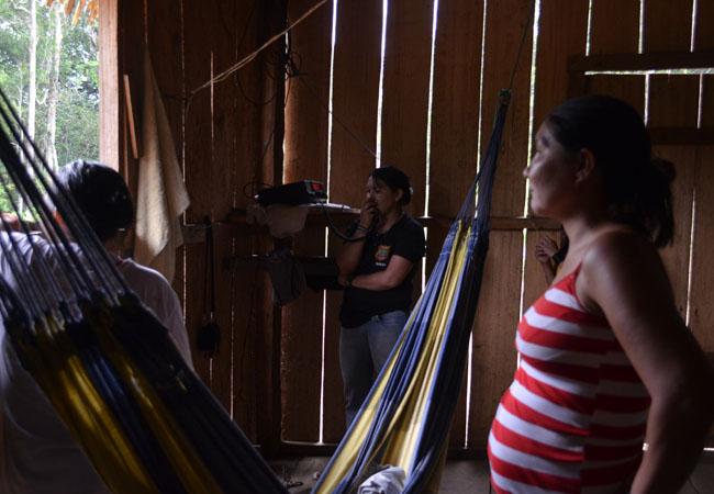 A cacique Mandeí pede socorro pelo rádio (Foto: Odair Leal/AR)