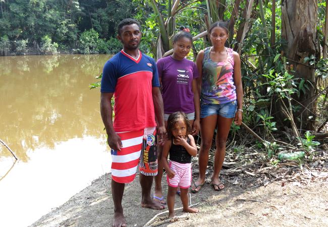 Os irmãos Vandernilson, Izaniele Nascimento e Ana Kelly, que nasceram e vivem na comunidade do Tambor. (Foto: Elaíze Farias/AR)