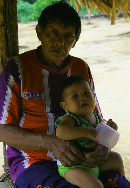 Aruká com o neto Thiago: suspeita de malária (Foto: Odair Leal/AR)