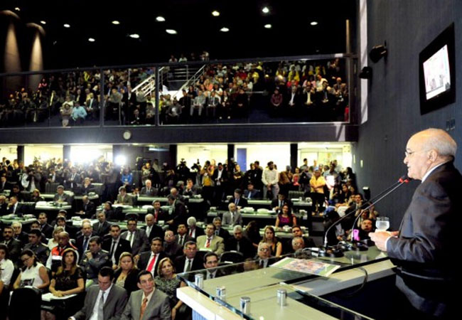 Governador José Melo faz a leitura do início dos trabalhos na Assembleia. (Foto: ALEAM)