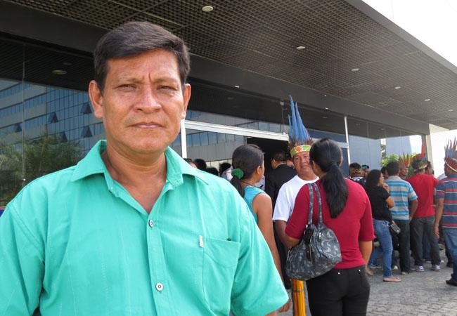O indígena Zeca Cocama veio do Alto Solimões protestar contra extinção. (Foto: Elaíze Farias/AM)