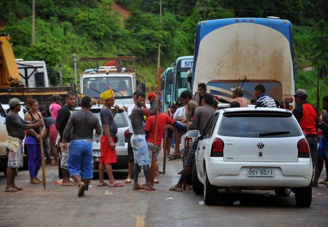 Indígenas protestam na estrada do canteiro da usina de Belo Monte (PA) Foto: Alison Albuquerque/ Blog do Sidalécio/Fotos Públicas (10/02/15)
