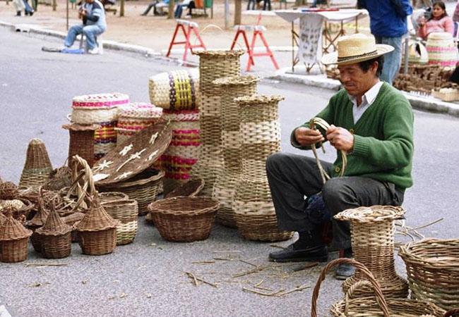 Kaingáng comercializam artesanatos na Feira da Redenação, em Porto Alegre (Foto: Sandoval Amparo)