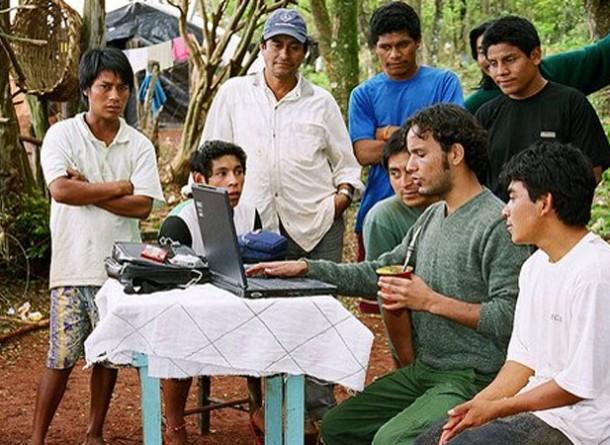 Sandoval Amparo (de calça verde) com os Kaingáng de Cacique Doble e Sananduva, em  Forquilha ( RS), em 2006.