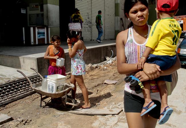 Moradores da zona Leste coletando água no bairro Jorge Teixeira. Foto: Alberto Cesar Araújo/FotoAmazonas