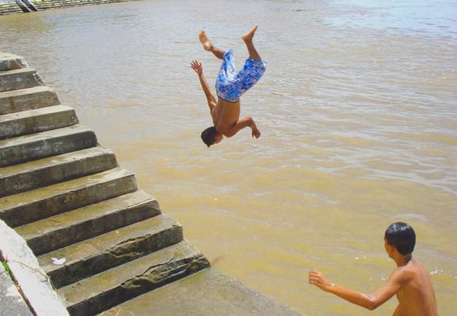 A arte dos curumins (meninos) nas águas do rio Amazonas (Foto: Floriano Lins)
