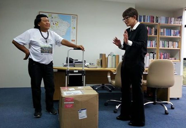 Davi Kopenawa com a subprocuradora Deborah Duprat, em Brasilia (Foto: Hurukara)