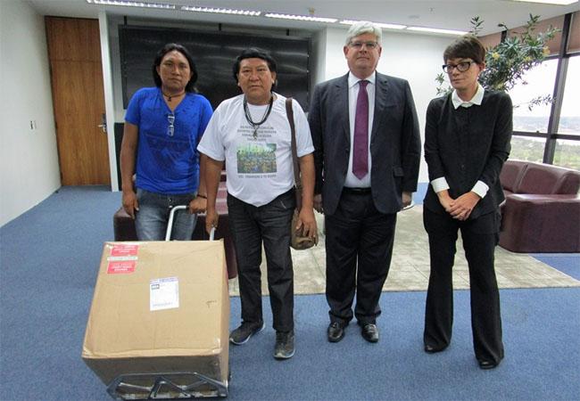Dário e Davi Yanomami com o procurador-geral da República, Rodrigo Janot, e a subprocuradora, Deborah Duprat (Foto: Hutukara)