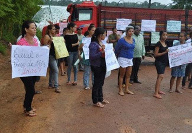 No primeiro dia de audiência parentes dos mortos fizeram protesto na frente do quartel (Foto: Carlos Terrinha)