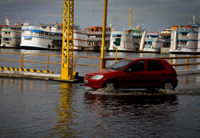 Em 2012, a cheia do rio Negro dificultou o acesso de carros no porto. (FotoAmazonas: Alberto Cesar Araujo)