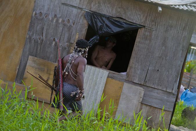 Índios vivem em casebres de lona e madeira. (Alberto César Araújo/FotoAmazonas)