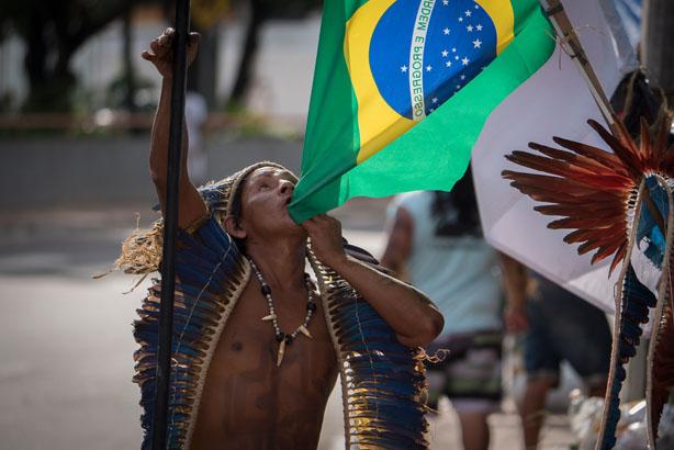 19 de abril. Índios protestam contra a reintegração de posse em frente a Prefeitura de Manaus. (Gedeon Santos/FotoAmazonas)
