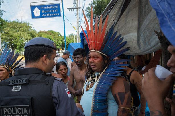 Policial aborda lideranças na manifestação do dia 19 de abril. (Gedeon Santos/FotoAmazonas)