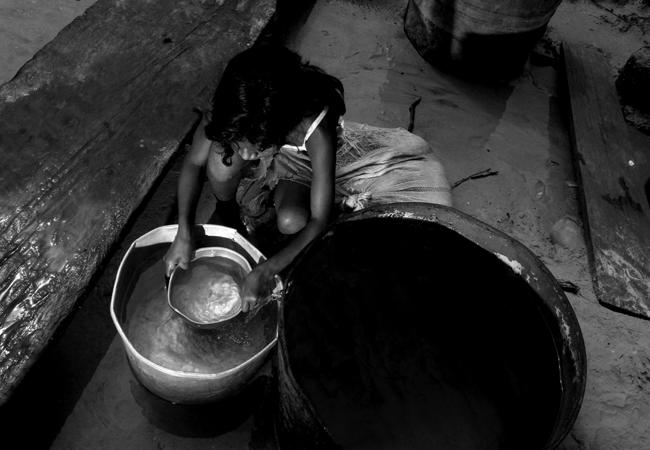 A menina e a falta d´água na seca de 2010 em Tefè, no Amazonas (Foto: Alberto César Araújo)