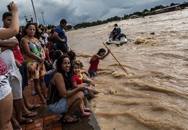 A cheia virou atração turística em Rio Branco, Acre (Foto: MidiaNinja/2015)