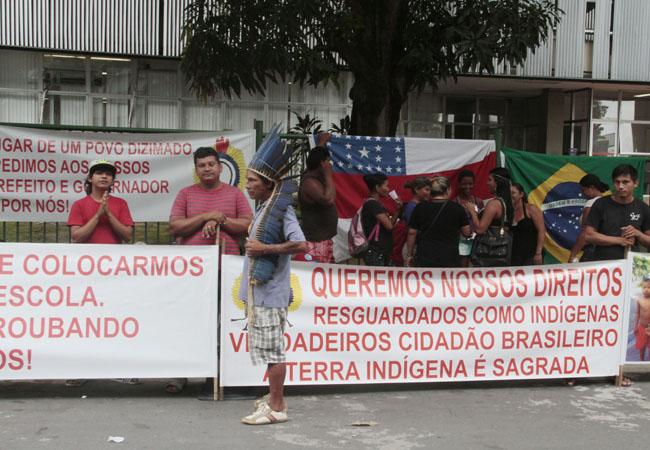 Indígenas fizeram protestos em frente sede da Sefaz. (FotoAmazonas: Alberto César Araújo)