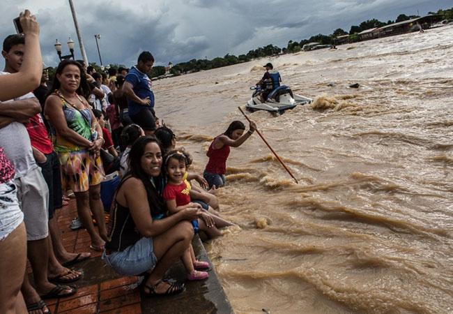No Acre, a cheia virou uma atração turística, mas é recorrente (Foto: Rafael Vilela/MídiaNinja)