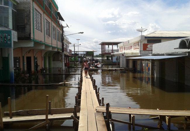 Em vez de ruas, população de Benjamin Constant tem passarelas de madeira (Foto: Bruno Pereira)